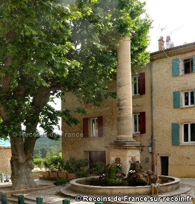 Place de la Fontaine à Mirabeau