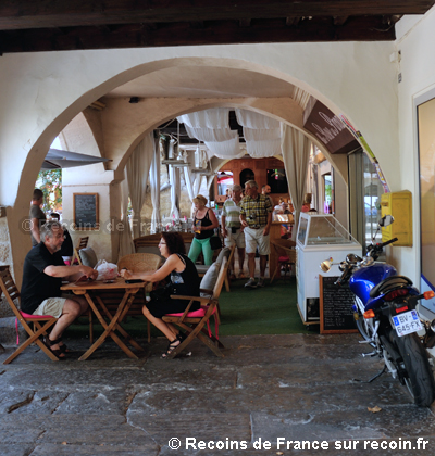 Place des Arcades à Nyons
